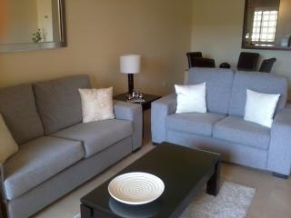 Front Line Golf Apartment - FREE WIFI - La Duquesa, Puerto de la Duquesa