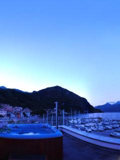 Jacuzzi by night - floor Marina Villa Navalia -
