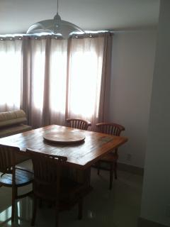Mesa de jantar e luminária