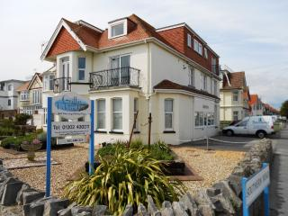 BOURNECOAST: SEA VIEWS - stunning clifftop location - 2 Bedroom Flat - FM281