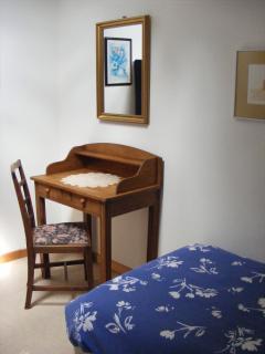 Twin bedroom 1 - desk & mirror