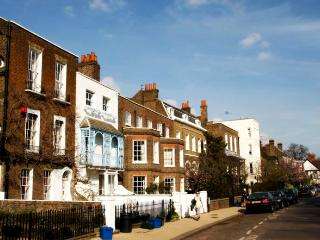 Stylish family apartment in Chiswick Village (sleeps 5, easy from Heathrow)