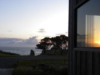 All Sunsets & Surf - Spacious Oceanfront - views!, Bandon