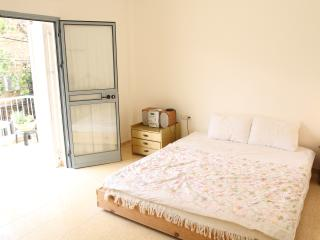 Bedroom with double bed with an exit to the balcony