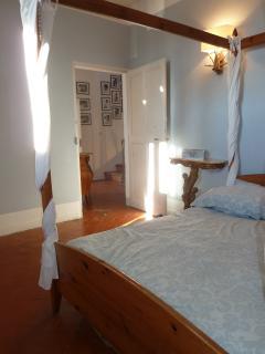 Une vaste chambre double avec un lit à baldaquin