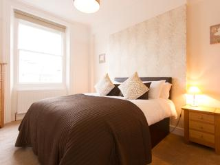 High ceiling and beautiful sash windows in the bedroom