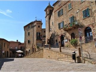 Charming, rural Tuscan cottage with terrace and stunning sea view, sleeps 4
