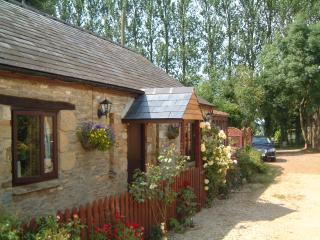 Turpin's Lodge Cottage, Hook Norton. Outside hot tub.  Horse riding on site.