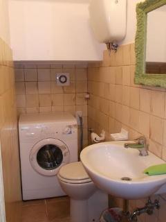 Bagno con servizi e lavatrice al piano terra.
