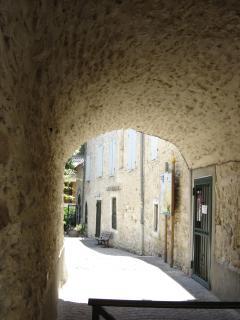 Passage vouté, à Saint Martin d'Ardèche, menant à l'Office de Tourisme. et à l'église
