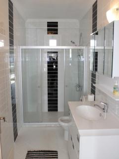 Salle de douches du rez-de-chaussée