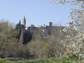 Vue du village Aigueze, un matin de printemps, depuis la plage de Saint Martin d'Ardèche