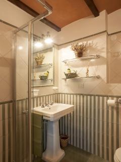 Il bagno verde salvia della camera 'Il Tasso'.