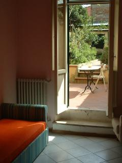 la camera da letto guarda il giardino