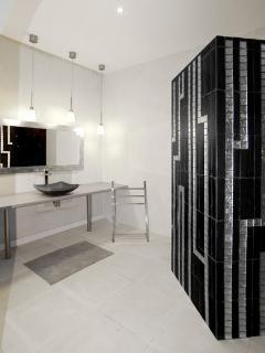 Le verger, salle de bain avec WC, attenante aux cabanes