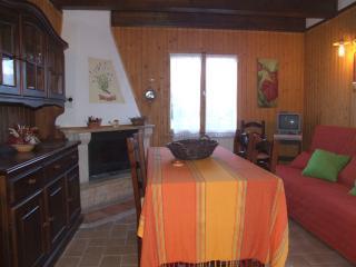Valleprata - salotto con camino e divano letto