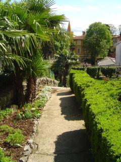 giardino con sentiero