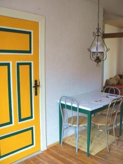 Essplatz für 6 Personen (ausziehbarer Tisch) und die Tür zum Schlafraum