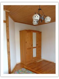 Massivholzschrank und originale Holzdielen, gewachst und geölt
