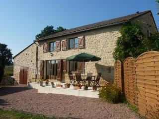 Stone built L'Hirondelle Gite with WIFI - sleeps 9 in 4 ensuite bedrooms, Saint-Mathieu