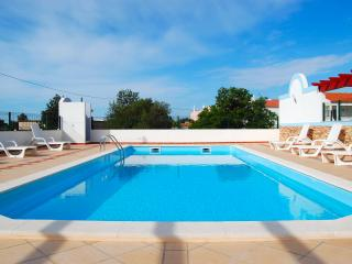 Luxury Fully Equipped Villa, AirCon BBQ Large Terraces, Parking, Gated Swim Pool