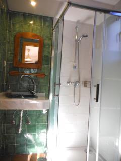 Baño con ducha de mampara