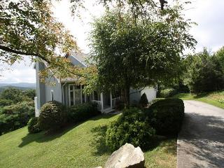 A Place Apart fantastic mountain home with perfect views, sleeps 8, Blowing Rock