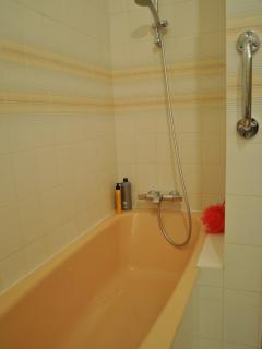 Douche dans baignoire d'angle