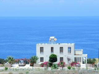 Sea Cliff villa, Free WiFi, UK TV, AC / heating, own private pool, sleeps 2-8