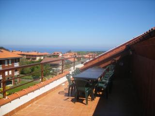Apartamento con amplia terraza en Cóbreces.