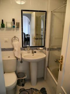 BATHROOM WITH BATH AND SHOWER CONNECTION