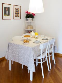 dining area, up to six seats
