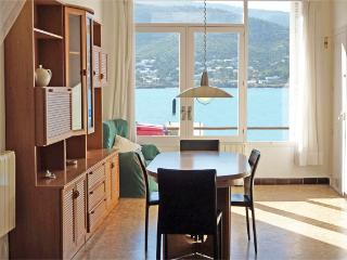 Comedor con gran ventanal y vistas al mar