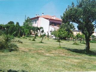 villa ,casa con 3 appartamenti indipendenti,  grande giardino condiviso, si possono fare grigliate