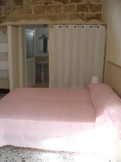 camera da letto matrimoniale con uno dei due bagni