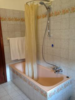 bagno comune con vasca, doccia, lavandino e bidet