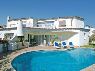 Charming Villa Free Wi-Fi & Air Con walking distance to the STRIP Heatable Pool