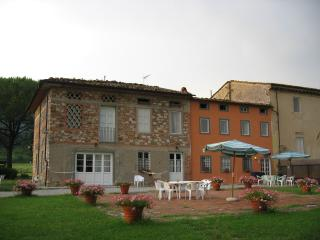 Kid-friendly apartment in village of Marlia, shared outdoor pool, staffed property, Lucca