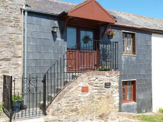 VAULT COTTAGE, woodburning stove, beach 10 mins walk, great base for walking, Re