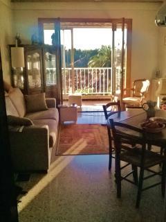 Salon salle à manger donnant sur un grand balcon avec véranda plein sud.