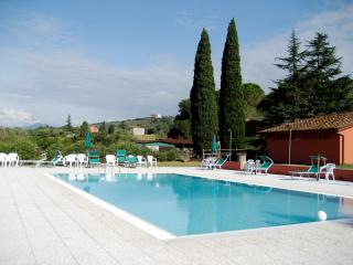 Kid-friendly apartment in village of Marlia, shared outdoor pool, staffed property