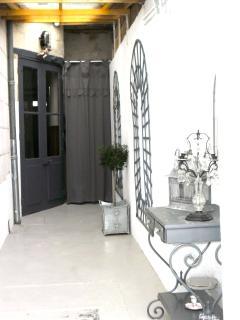 le couloir extérieur reliant la maison au petit jardin