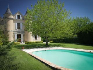 Enjoy Aquitaine/Dordogne gastronomy at family-friendly chateau with heated pool, Seyches