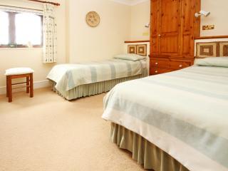 Twin divans in the second bedroom
