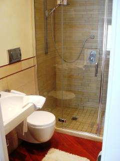 Il bagno con doccia nella zona giorno