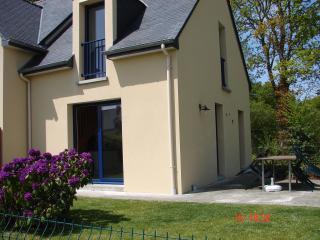 vue de profil avec bosquet et espace vert derrière la maison ainsi qu'un local pour vélos,pouss