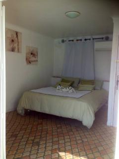 Chambre avec accès terrasse et piscine