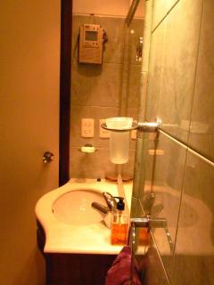 Main bathroom basin and shower radio detail / Detalhe da pía e radio de banheiro principal