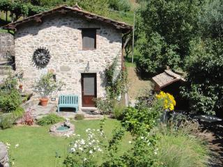 1 bedroom quintessential Tuscan cottage with lush gardens, Pescaglia