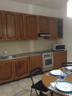 Cucina completa di forno a gas e a microonde, lavastoviglie.